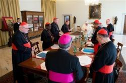 Les cardinaux au travail avec le pape francois article main